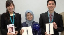 Yew Kai Shang (right), the third prize in the 3M ESPE Prosthodontic Case Presentation Competition