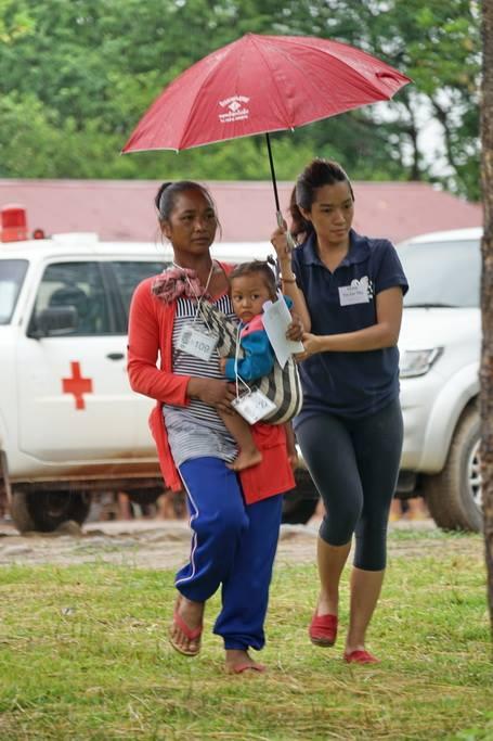 5)Lend a helping hand under the rain
