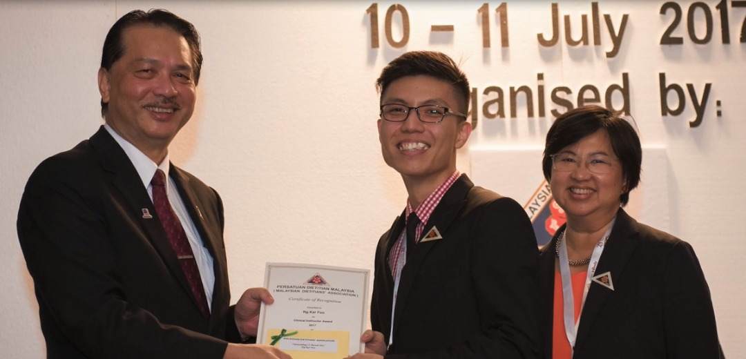 Clinical instructor cum dietitian of IMU, Ng Kar Foo receiving his award at the MDA Conference