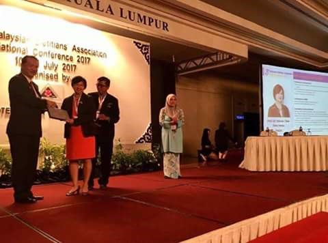 IMU's Dean, Prof Winnie Chee receiving her award at the MDA Conference